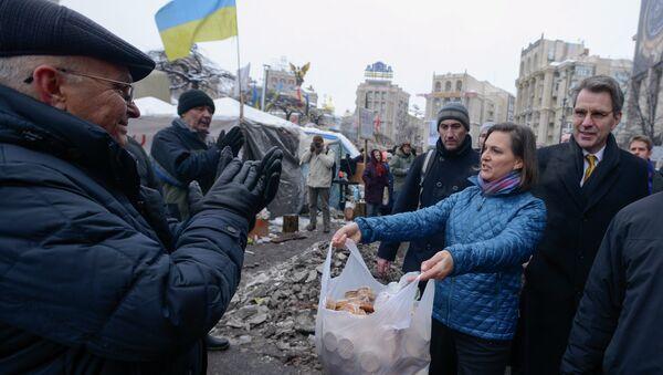 Victoria Nulandová na Majdanu v Kijevě - Sputnik Česká republika