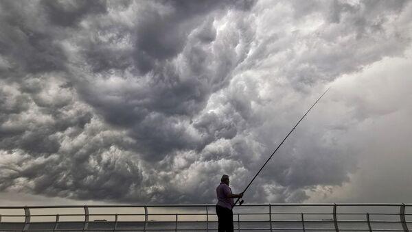 Muž rybaří z mola v Bejrútu, Libanon - Sputnik Česká republika