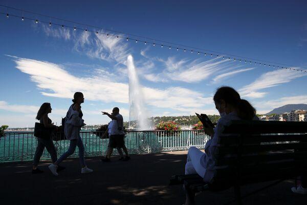 Fontána Jet d'Eau a mraky podobné ptačím křídlům v Ženevě - Sputnik Česká republika