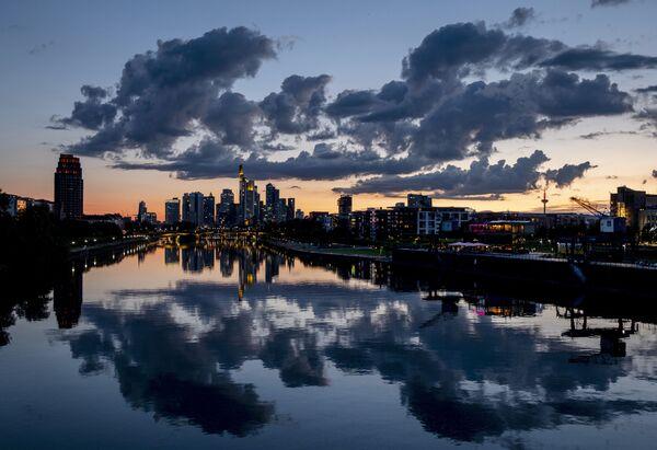 Zrcadlový obraz oblohy nad mrakodrapy ve Frankfurtu nad Mohanem během západu slunce - Sputnik Česká republika
