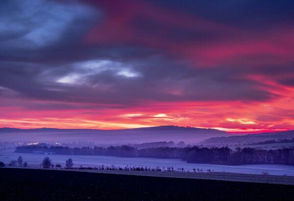 Barevné mraky nad pohořím Taunus v Německu - Sputnik Česká republika