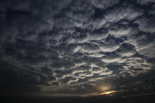 Barchany z mraků při západu slunce nad indickou Kalkatou během cyklónu - Sputnik Česká republika