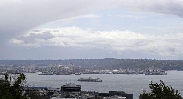 Mraky připomínající polokouli Země nad trajektem opouštějícím přístav, Seattle - Sputnik Česká republika