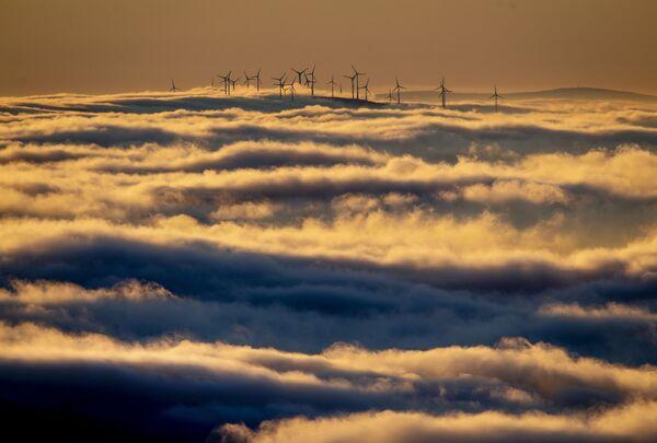 Větrné turbíny obklopené mraky v Taunusu, Německo  - Sputnik Česká republika
