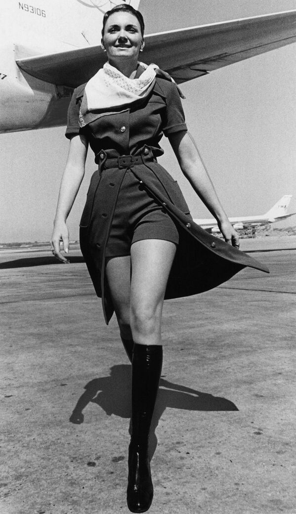 Letuška letecké společnosti TWA v nové uniformě s mini šortkami v New Yorku, 1971 - Sputnik Česká republika
