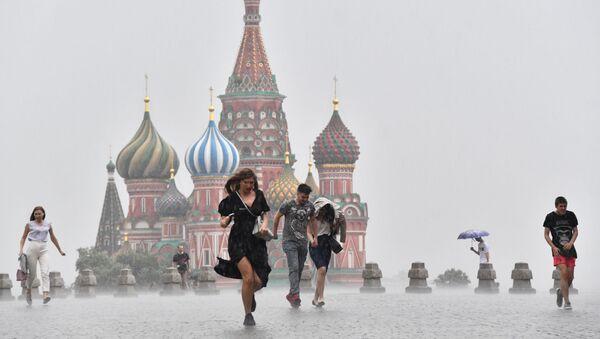 Lidé na Rudém náměstí během silného lijáku v Moskvě - Sputnik Česká republika