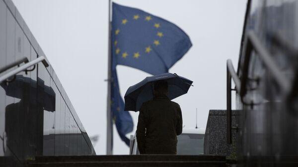 Muž prochází kolem sídla EU v Bruselu - Sputnik Česká republika