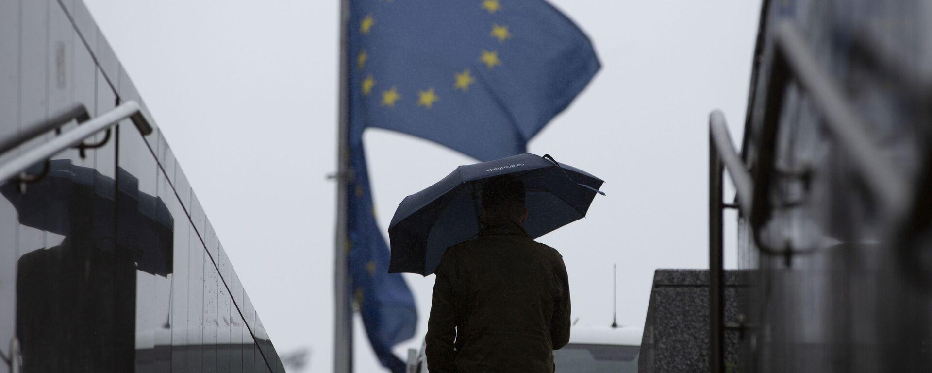 Muž prochází kolem sídla EU v Bruselu - Sputnik Česká republika, 1920, 18.11.2020