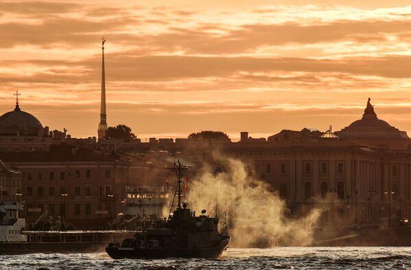 Loď ruského námořnictva na generální zkoušce přehlídky ke Dni námořnictva RF na řece Něvě v Petrohradě - Sputnik Česká republika