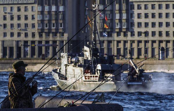 Rybář na nábřeží řeky Něvy v Petrohradě, kde proběhla generální zkouška přehlídky na počest Dne námořního loďstva Ruské federace - Sputnik Česká republika