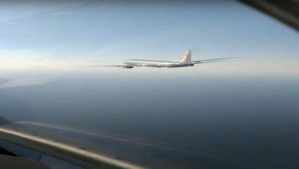 Americký průzkumný letoun byl zachycen ruskou stíhačkou Su-27 - Sputnik Česká republika