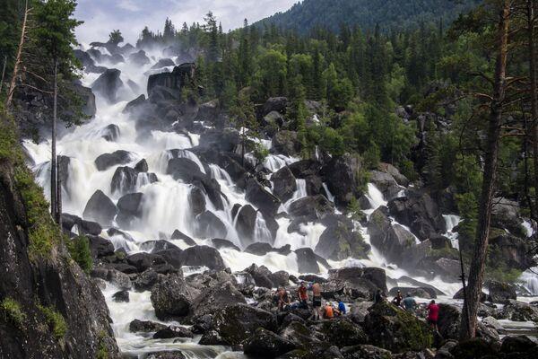 Velký Čuľčinskij vodopád v Altajské republice, Rusko.  - Sputnik Česká republika