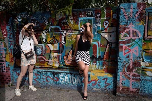 Dívka se fotí v roušce během Dne zletilosti (Havana, Kuba). - Sputnik Česká republika
