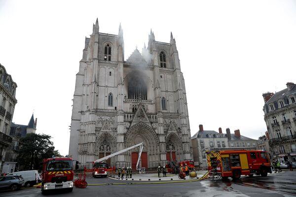 Hašení požáru v katedrále francouzského Nantes.  - Sputnik Česká republika