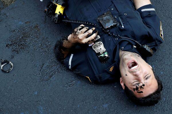 Policista během protestu poblíž Trump Tower na Manhattanu, New York. - Sputnik Česká republika