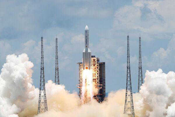 Čínská těžká nosná raketa Chang Zheng 5 se sondou na průzkum Marsu Tianwen-1 startuje z kosmodromu Wen-čchang.  - Sputnik Česká republika