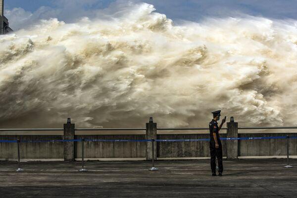 Shazování vody na čínské hrázi Three Gorges Dam.  - Sputnik Česká republika