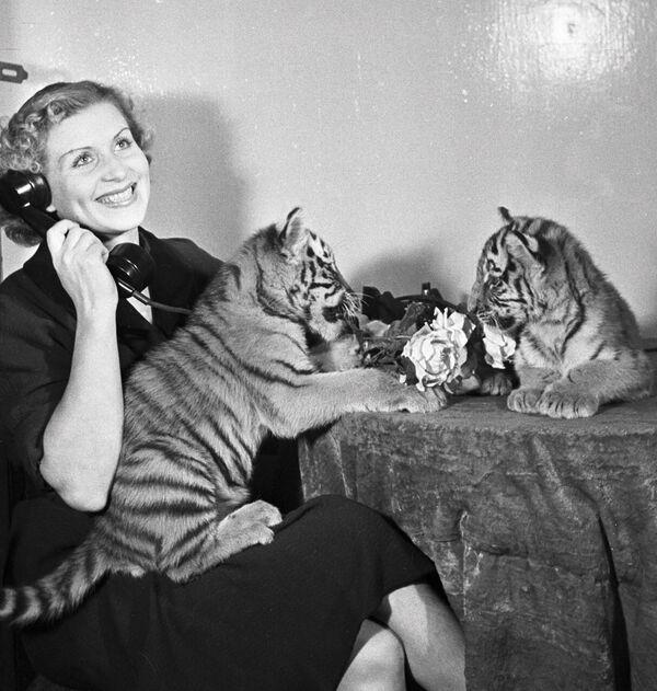 Sovětská krotitelka tygrů Margarita Nazarovová s tygříky.  - Sputnik Česká republika