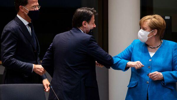 Angela Merkelová pozdravuje Giuseppeho Conteho na summitu EU v Bruselu - Sputnik Česká republika