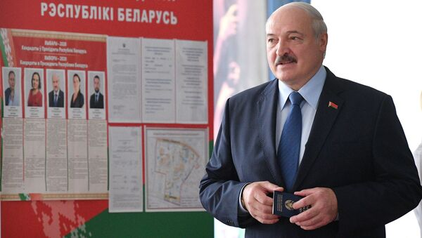 Lukašenko hlasuje v prezidentských volbách - Sputnik Česká republika