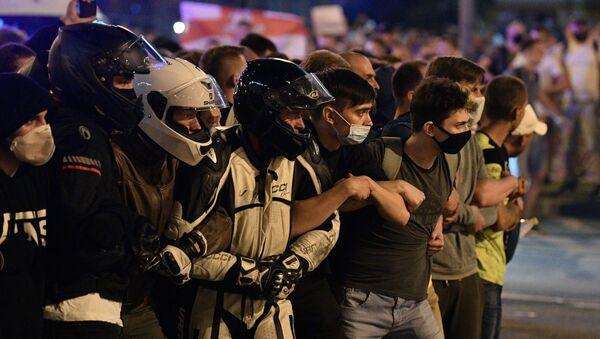 Účastníci protestních akcí na jedné z ulic Minska. - Sputnik Česká republika