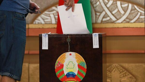 Volič umístí hlasovací lístek do urny v prezidentských volbách v Bělorusku - Sputnik Česká republika