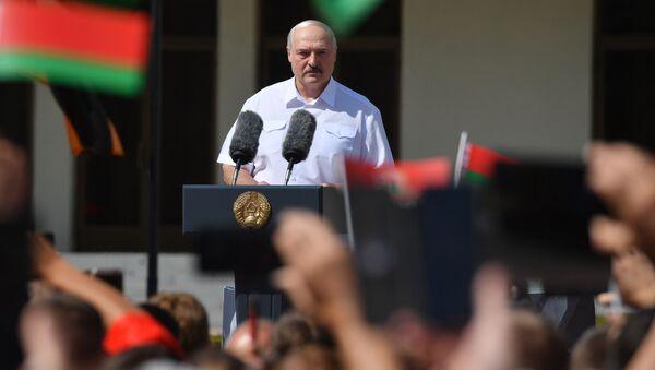 Běloruský prezident Alexandr Lukašenko vystoupil před svými stoupenci na Náměstí nezávislosti v Minsku - Sputnik Česká republika