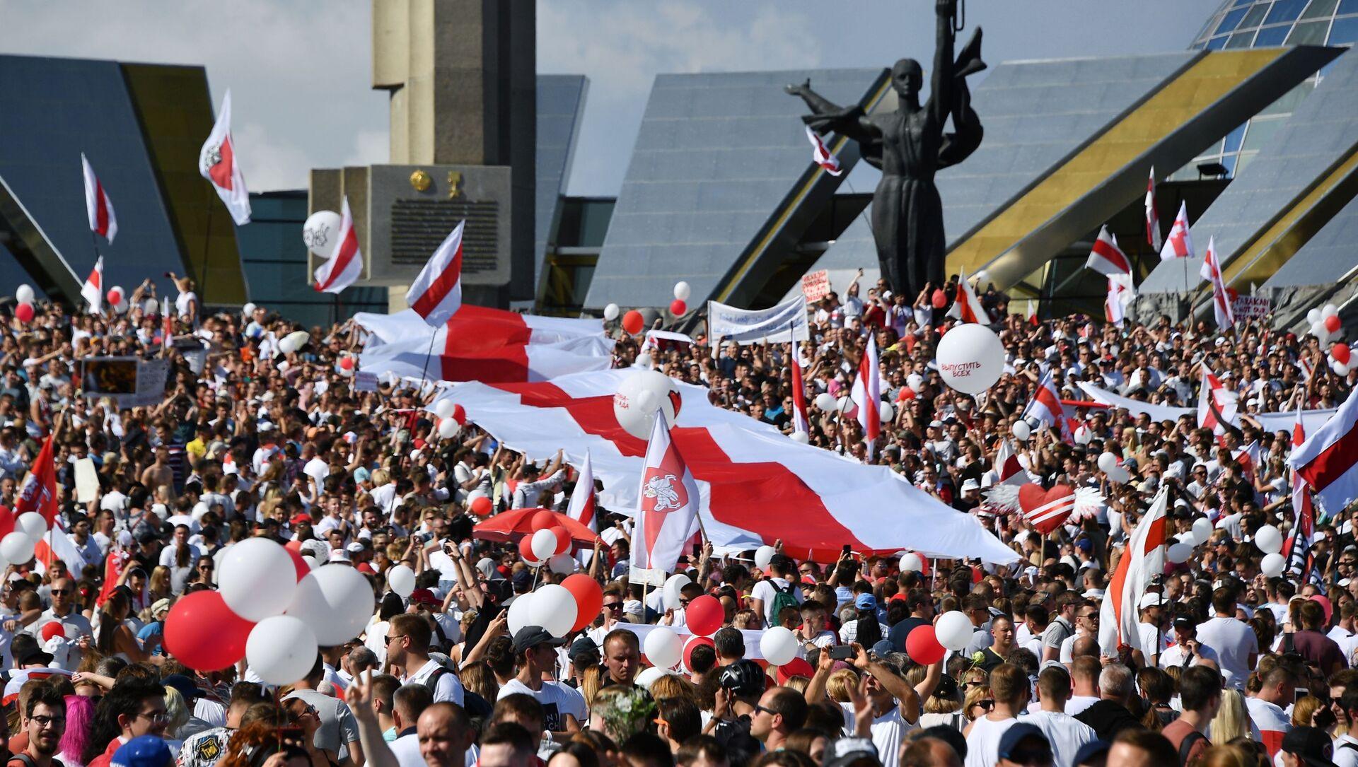 Účastníci opozičního pochodu Za svobodu u stély Minsk - gorod-geroj v běloruském hlavním městě (16. 08. 2020) - Sputnik Česká republika, 1920, 07.02.2021