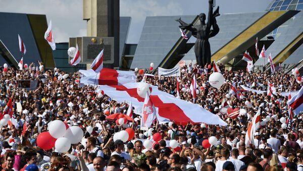 Účastníci opozičního pochodu Za svobodu u stély Minsk - gorod-geroj v běloruském hlavním městě (16. 08. 2020) - Sputnik Česká republika