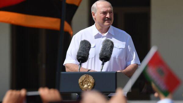 Běloruský prezident Alexandr Lukašenko vystupuje před svými stoupenci (17. 08. 2020) - Sputnik Česká republika