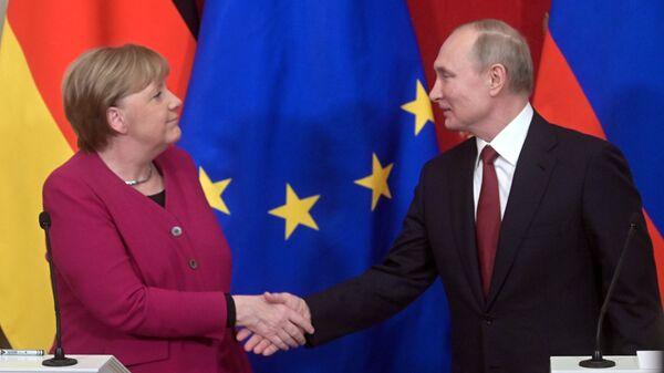 Německá kancléřka Angela Merkelová a ruský prezident Vladimir Putin v Moskvě - Sputnik Česká republika
