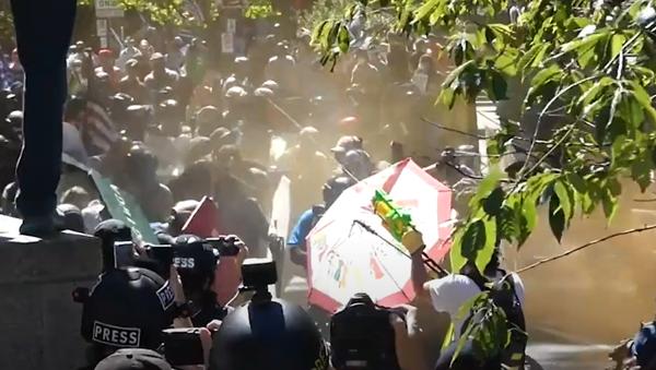 Střety mezi zástupci pravice a protestujícími proti rasismu nabírají na obrátkách - Sputnik Česká republika