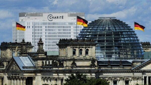 Berlínská klinika Charité na pozadí Spolkového sněmu - Sputnik Česká republika