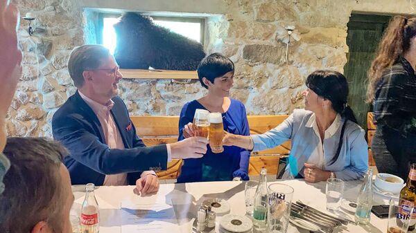 Чешские политики Петр Фиала, Маркета Пекарова Адамова и Илона Маурицова во время встречи в Пльзеньской области - Sputnik Česká republika