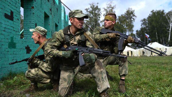 Běloruští vojáci v týmové štafetě v rámci mezinárodních armádních her ARMY 2020 - Sputnik Česká republika