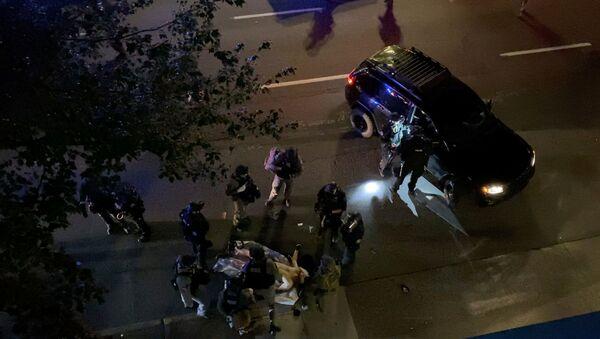 Медработники и полицейские у жертвы протестов в Портленде  - Sputnik Česká republika