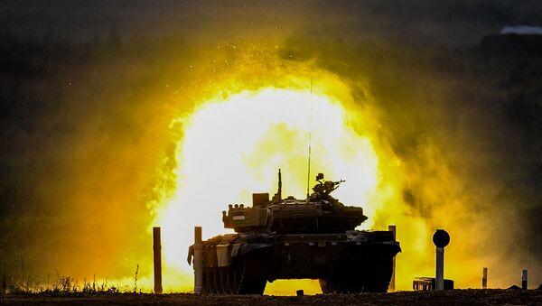 Танк Т-72 команды военнослужащих Узбекистана во время соревнований танковых экипажей в рамках конкурса Танковый биатлон-2020 на полигоне Алабино - Sputnik Česká republika