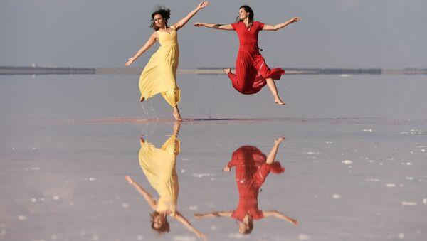 Modelky předvádějí oblečení v rámci módní přehlídky na jezeře Sasyk-Sivaš na Krymu - Sputnik Česká republika