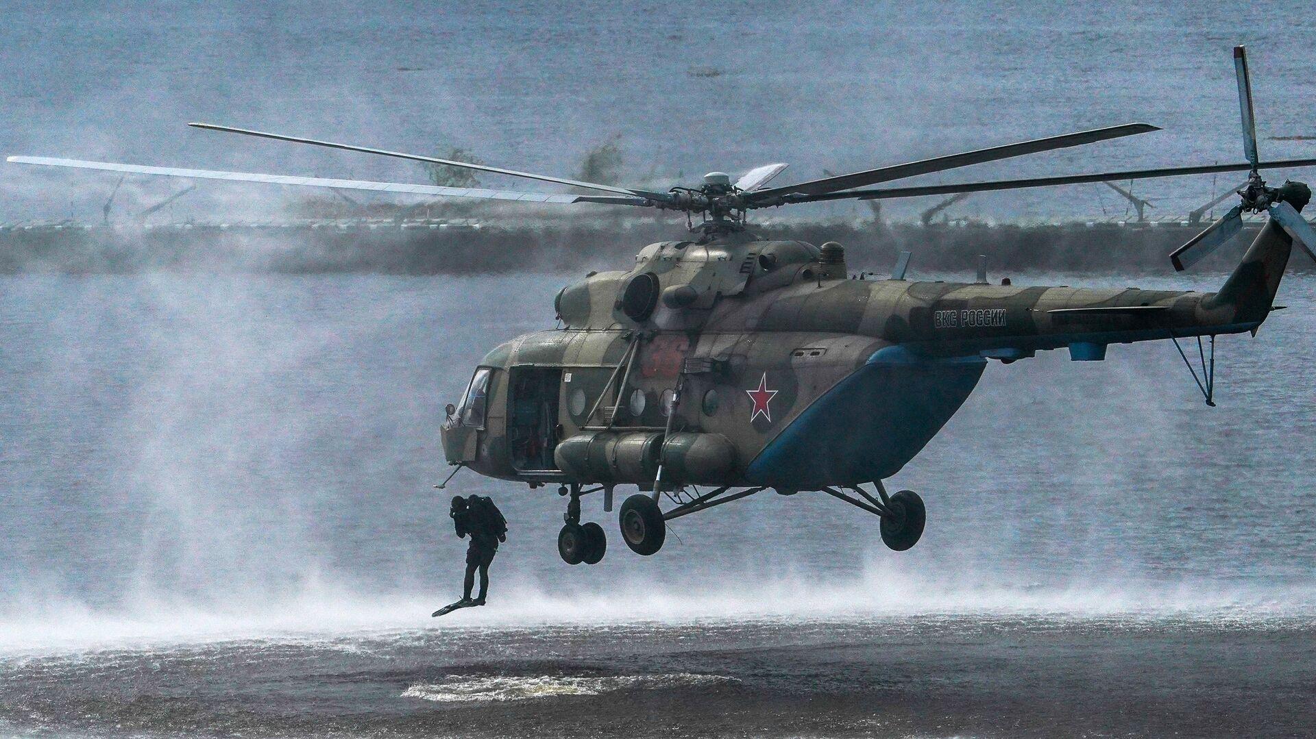 Военнослужащие десантируются из вертолета Ми-8 в ходе демонстрационной программы военной техники в рамках Международного форума Армия-2020 - Sputnik Česká republika, 1920, 24.06.2021
