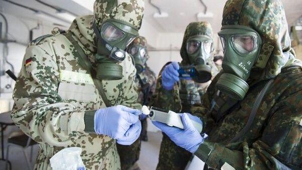 Němečtí vojáci Bundeswehru ze 750. praporu obrany CBRN (chemické, biologické, radiologické a jaderné zbraně) používají k identifikaci simulovaných chemických zbraní detektor chemických látek - Sputnik Česká republika