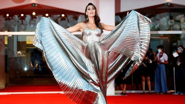 Šik, lesk a vyzývavost. Nejlepší šaty filmového festivalu v Benátkách - Sputnik Česká republika
