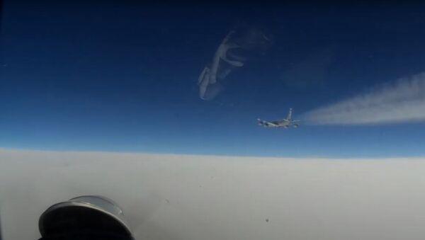 Incident nad Baltským mořem. Ruská stíhačka Su-27 zachytila americký a švédský průzkumný letoun. Video - Sputnik Česká republika