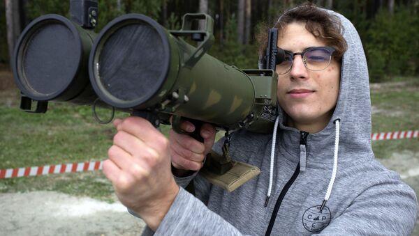 Návštěvník výstavy zbraní a vojenské techniky - Sputnik Česká republika
