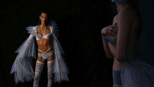 Modely před přehlídkou kolekce španělského návrháře Andresa Sarda během Mercedes Benz Fashion Week v Madridu - Sputnik Česká republika