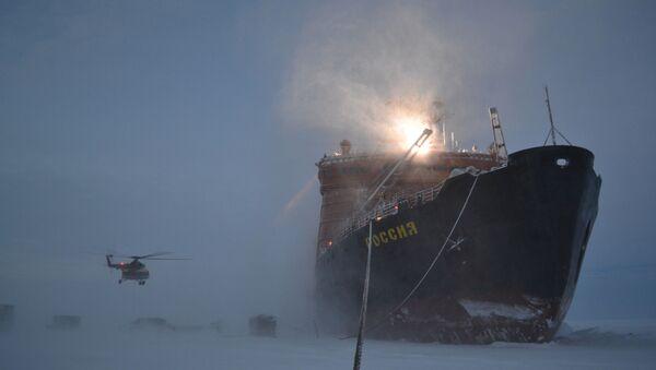 Ledoborec, který přivezl ruské polární průzkumníky do Arktidy, aby instalovali novou unášenou stanici SP-40 - Sputnik Česká republika