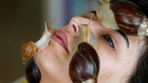 Kosmetické ošetření pomocí obřích afrických šneků v salonu krásy v Ammánu, Jordán - Sputnik Česká republika