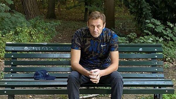 Ruský opozičník Alexej Navalnyj po údajné otravě odpočívá na lavičce v Německu - Sputnik Česká republika