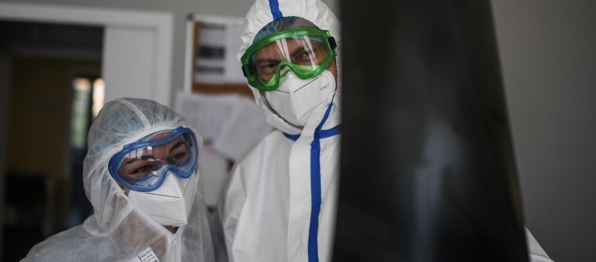Lékaři zkoumají snímky nemocného koronaviru - Sputnik Česká republika, 1920, 18.03.2021