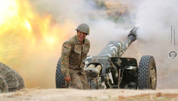 Arménský voják střílí z děla na ázerbájdžánské síly - Sputnik Česká republika