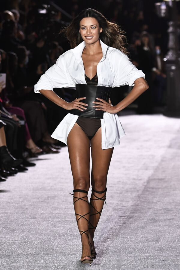 Modelka během prezentace kolekce Etam na přehlídce spodního prádla v Paříži. - Sputnik Česká republika